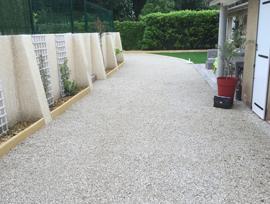 amenagement terrasse en stabilisateur de gravier et pelouse synthétique